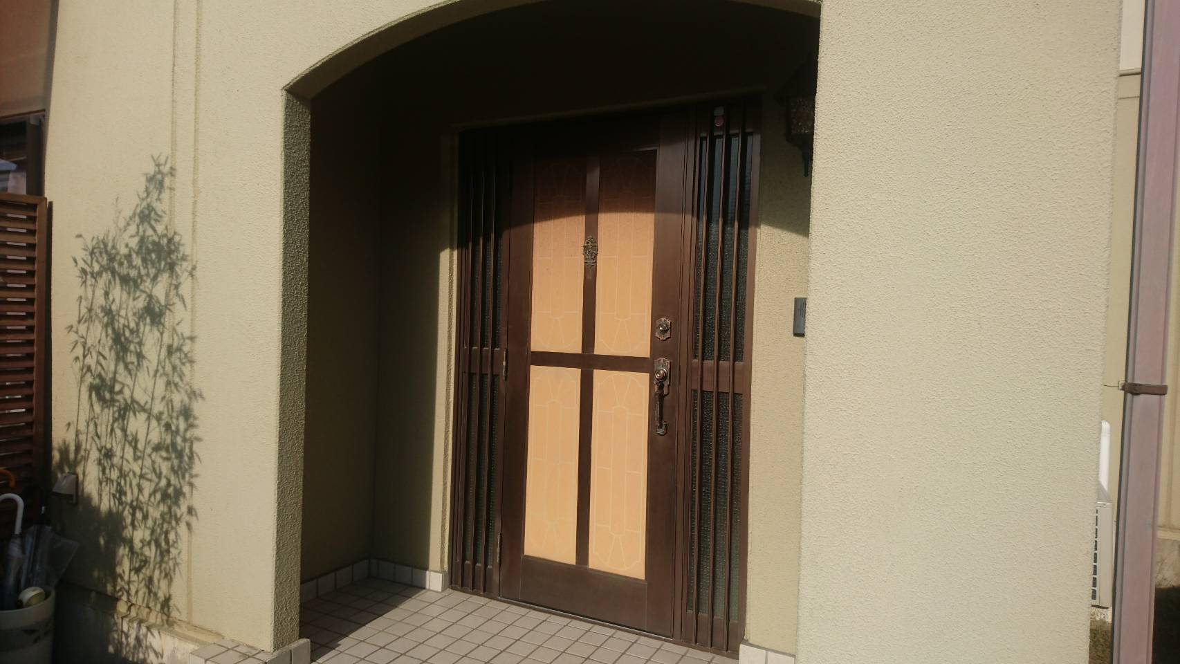 シーエス建材トーヨー住器の明るい玄関ドア リフォーム工事の施工前の写真1