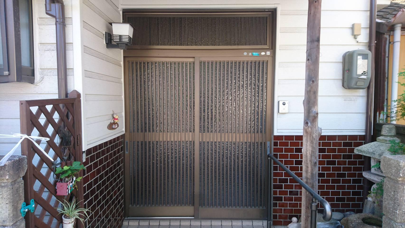 シーエス建材トーヨー住器の岡山市 玄関引戸 交換工事の施工前の写真1