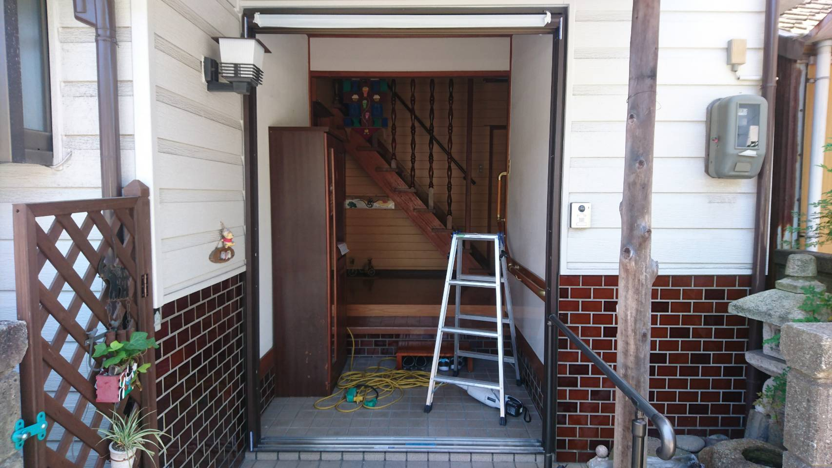 シーエス建材トーヨー住器の岡山市 玄関引戸 交換工事の施工前の写真2
