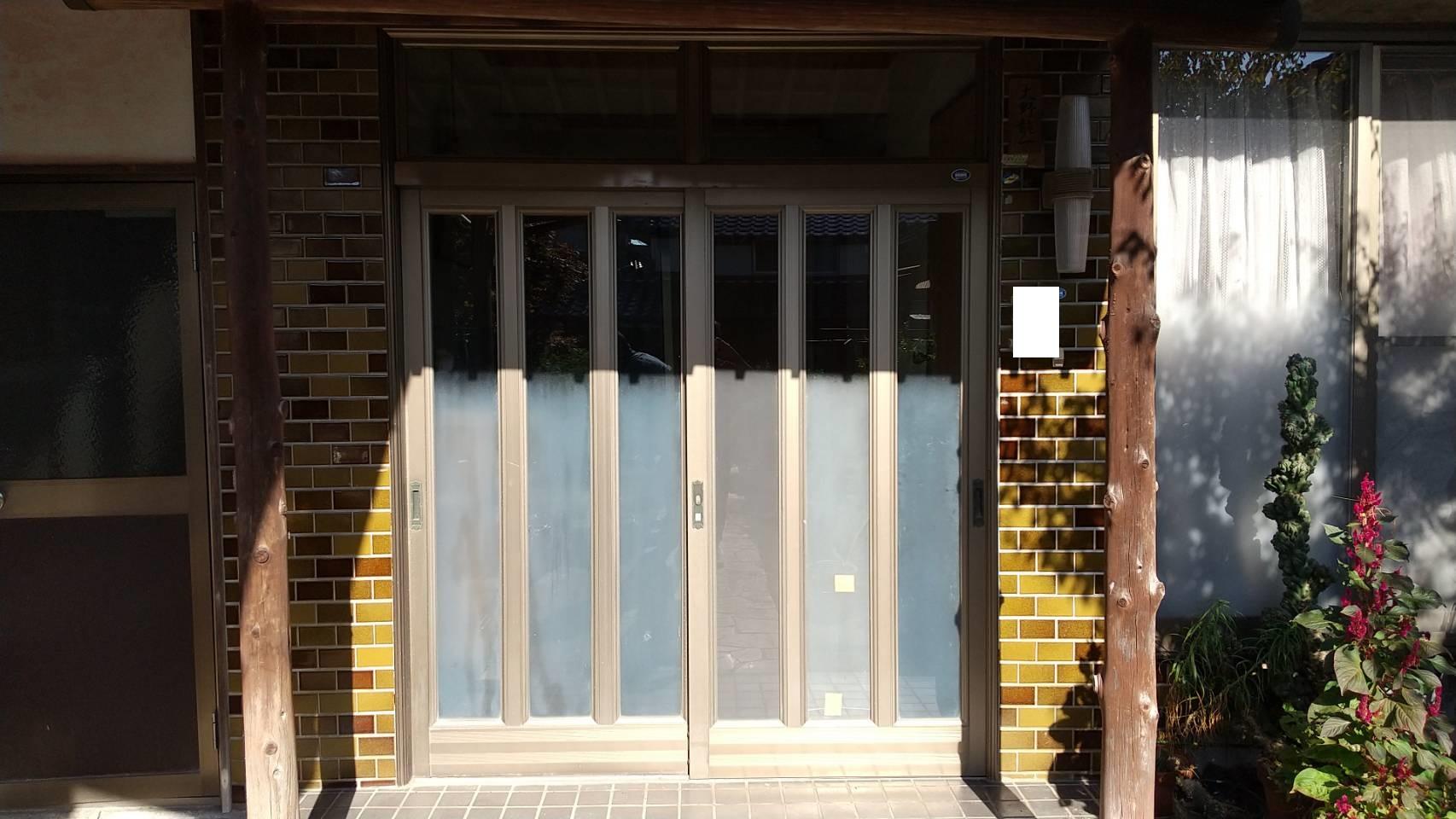 シーエス建材トーヨー住器の岡山市 玄関引戸 リフォーム工事の施工前の写真1